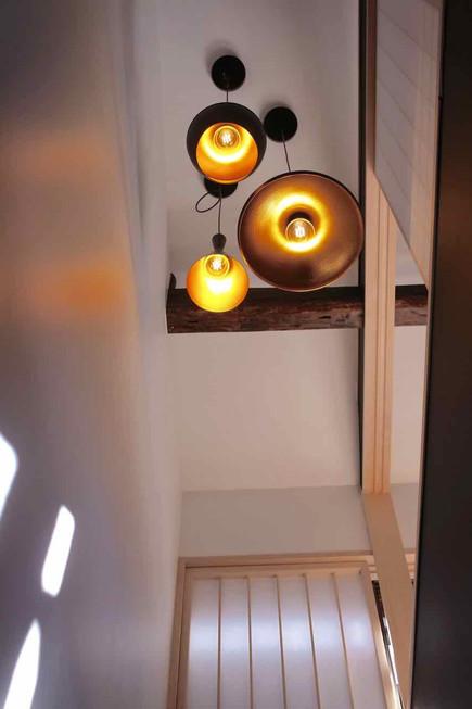 玄関の吹き抜けに吊るした照明。昼間は障子を通して柔らかな光が入ってきます。