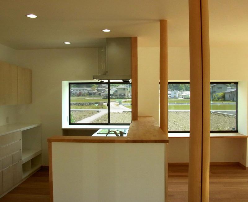 既存の出窓を生かし、右側は机のように、左側はお花も飾れるキッチンカウンターに。