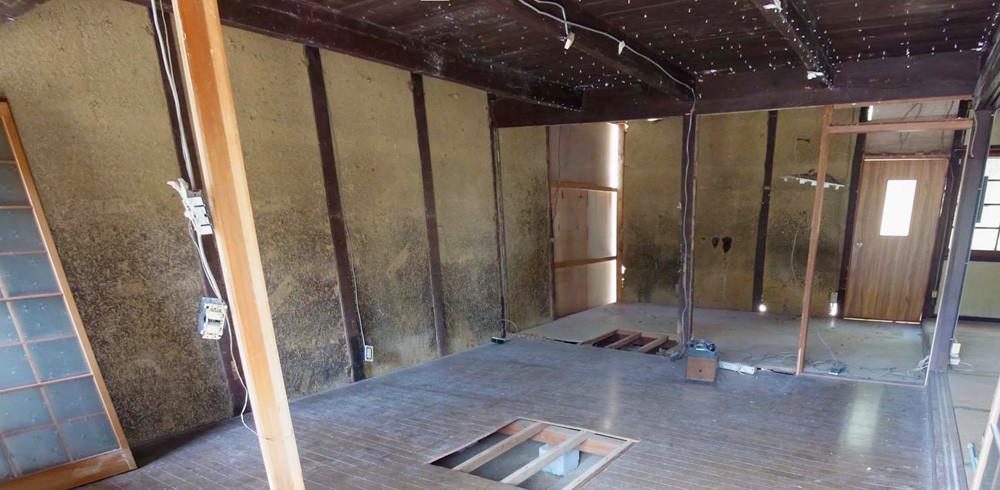 改修前。かつての土間だった部分には床が貼られていました。