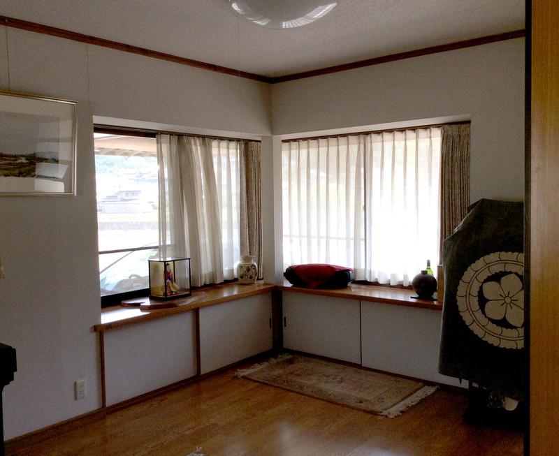 改修前。 出窓をうまく生きしきれず・・・。かつ南側に壁があり日も当たらず・・・。
