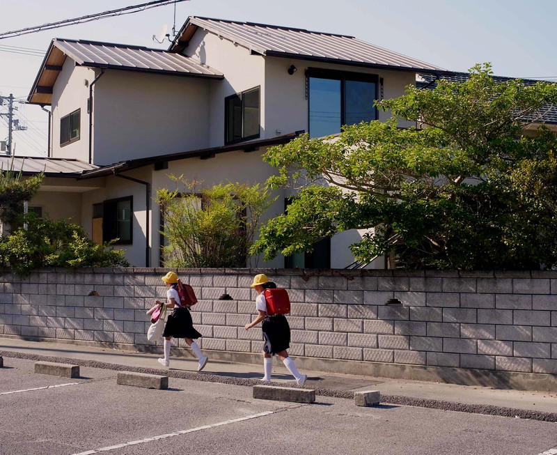 新築と見間違う姿に生まれ変わった外観。前面道路は通学路なので小学生がたくさん通る場所です。
