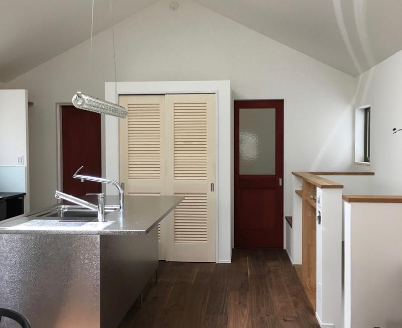 2FのLDK。天井を高く取り、天窓を開けることで両隣が迫っていても明るい室内です。