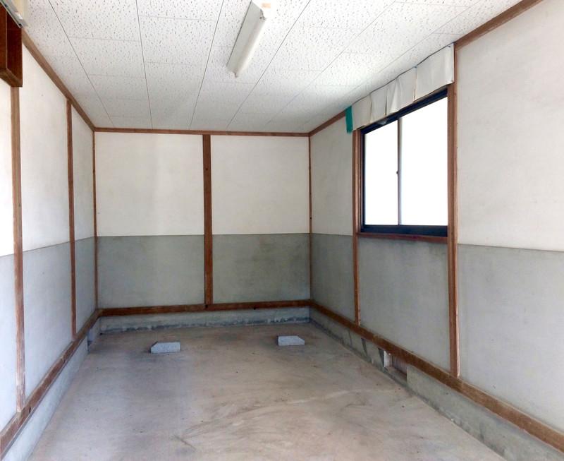 改修前。 日当たりの良い南にあった車庫。ここをサンルームにしたのです。