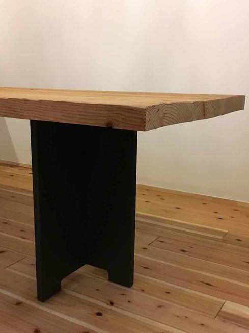 大きなテーブルの脚は組み立て式、移動式。