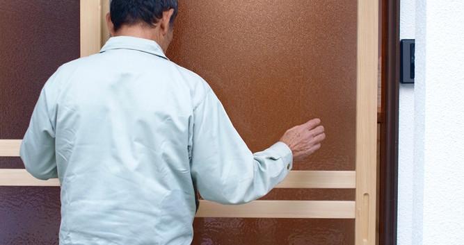 既存のアルミ製の枠を利用し木製の建具を取り付けました。