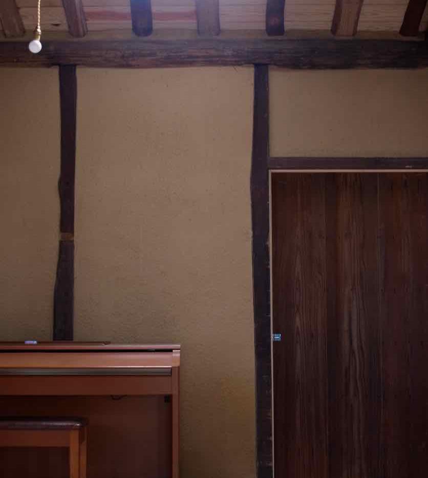 崩壊していた屋根部分には明かり取りの天窓を設けました。建具は古い雨戸を加工し直して使っています。