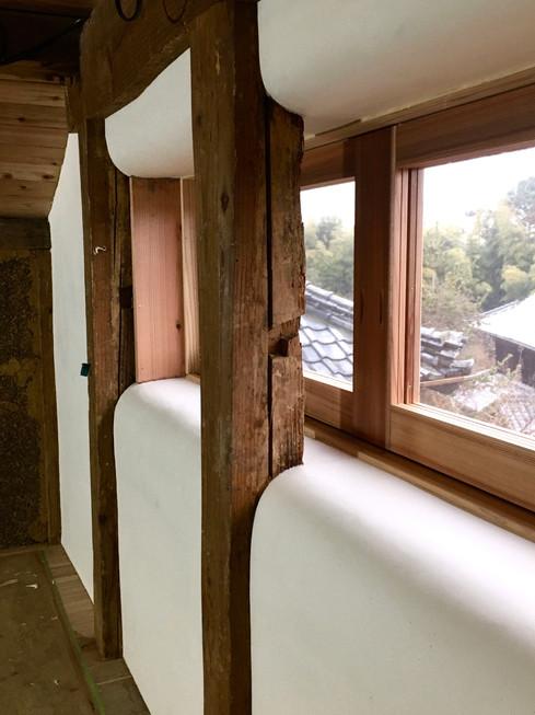 蔵ならではの壁厚を使って丸みのある敷居と窓台に