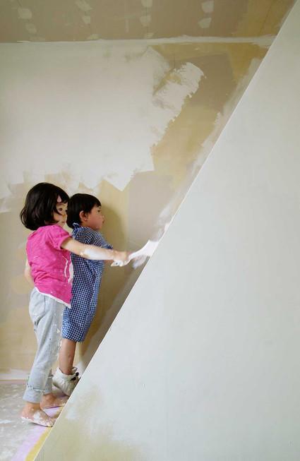 こどもたちにも手伝ってもらい壁には珪藻土を塗りました。なるべくクロスは貼りたくないので。