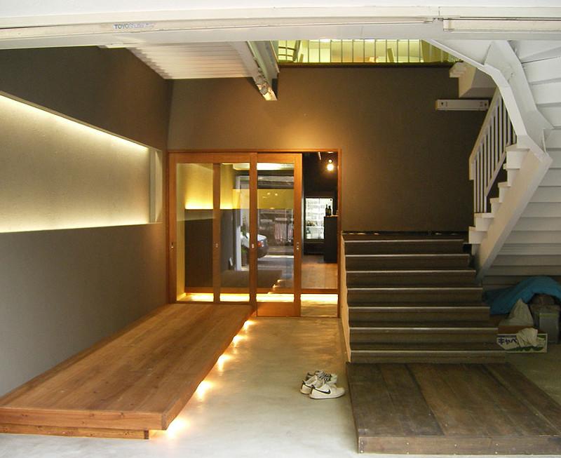 1Fは手前にテラス席と階段の大きな吹き抜けがあり、2Fはパーティーにも対応できる大きな空間です。1Fと2Fとの雰囲気はがらりと変えています。