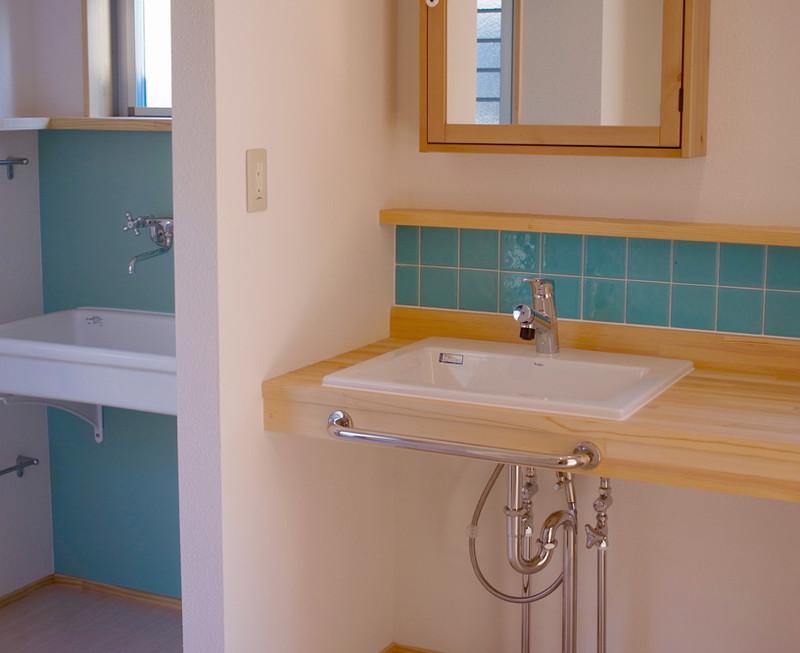 洗面と洗濯用のシンクを分けました。左側下のポールは足拭きタオル掛け。