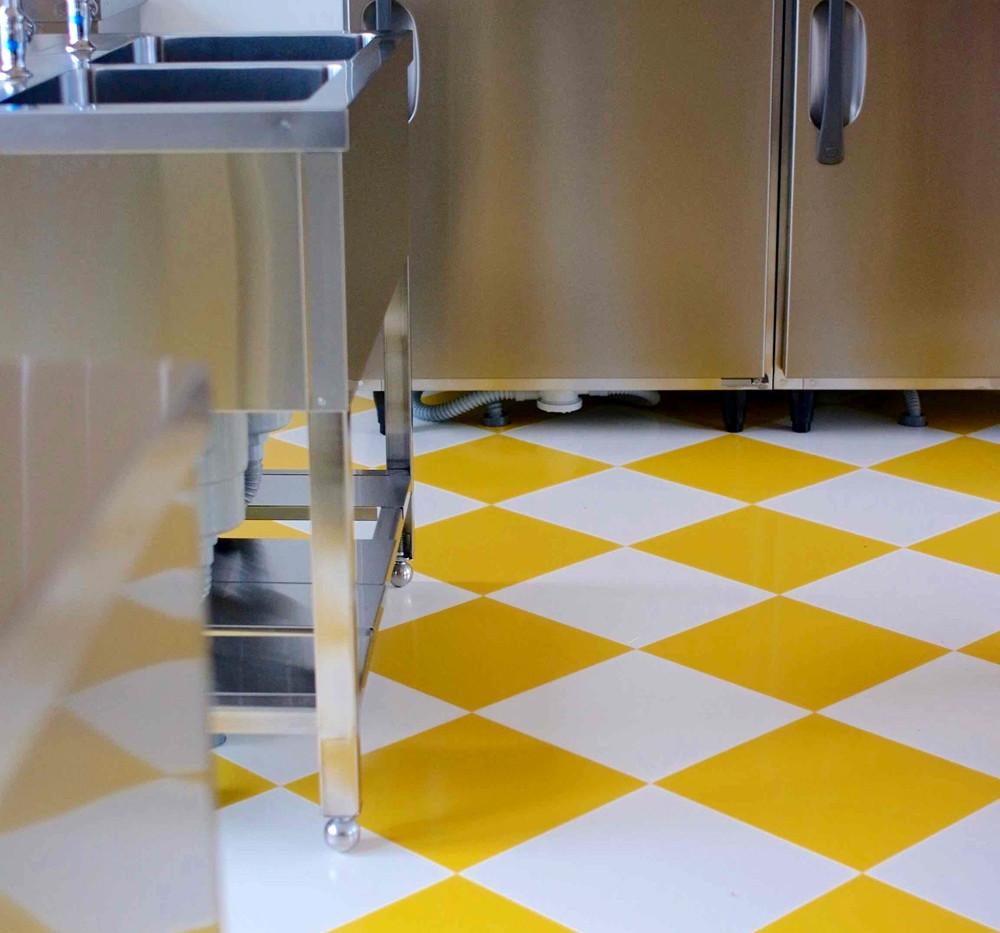 床は黄色と白の市松模様で楽しくお菓子づくり。