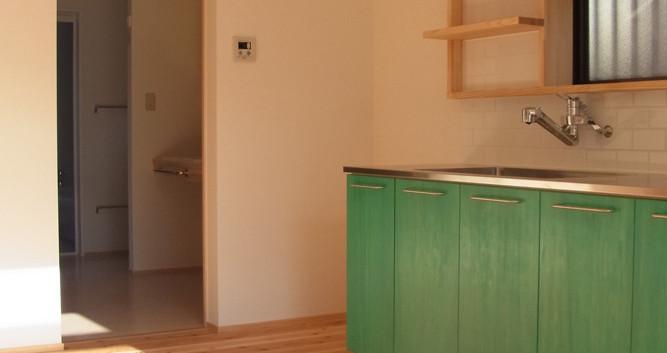 キッチンから洗面、洗濯室、バスルームへとつながる家事動線。
