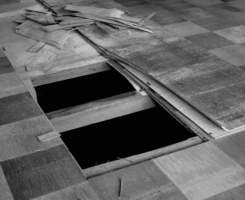 昔のフローリングというか合板はノリが劣化するため床がふわふわになってしまいます。