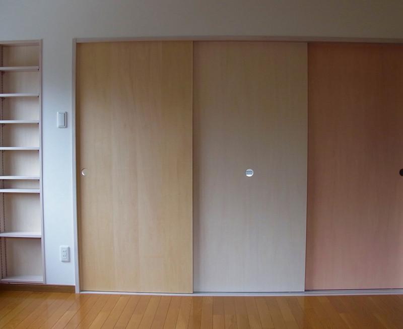 三色の扉。この扉の向こうにキッチン、洗濯機置き場、洗面、トイレ、シャワーユニットがコンパクトにまとめられています。