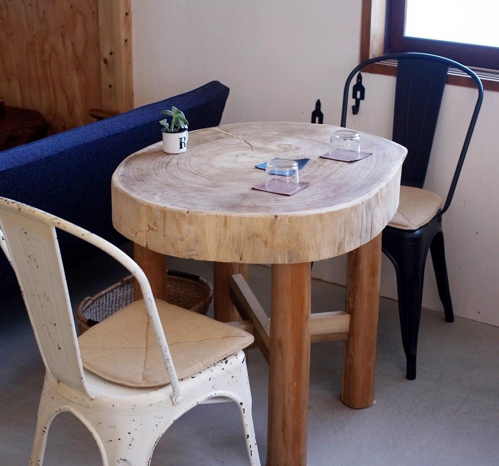 桐の大きな丸太を使ったテーブル。肌ざわりも抜群です。
