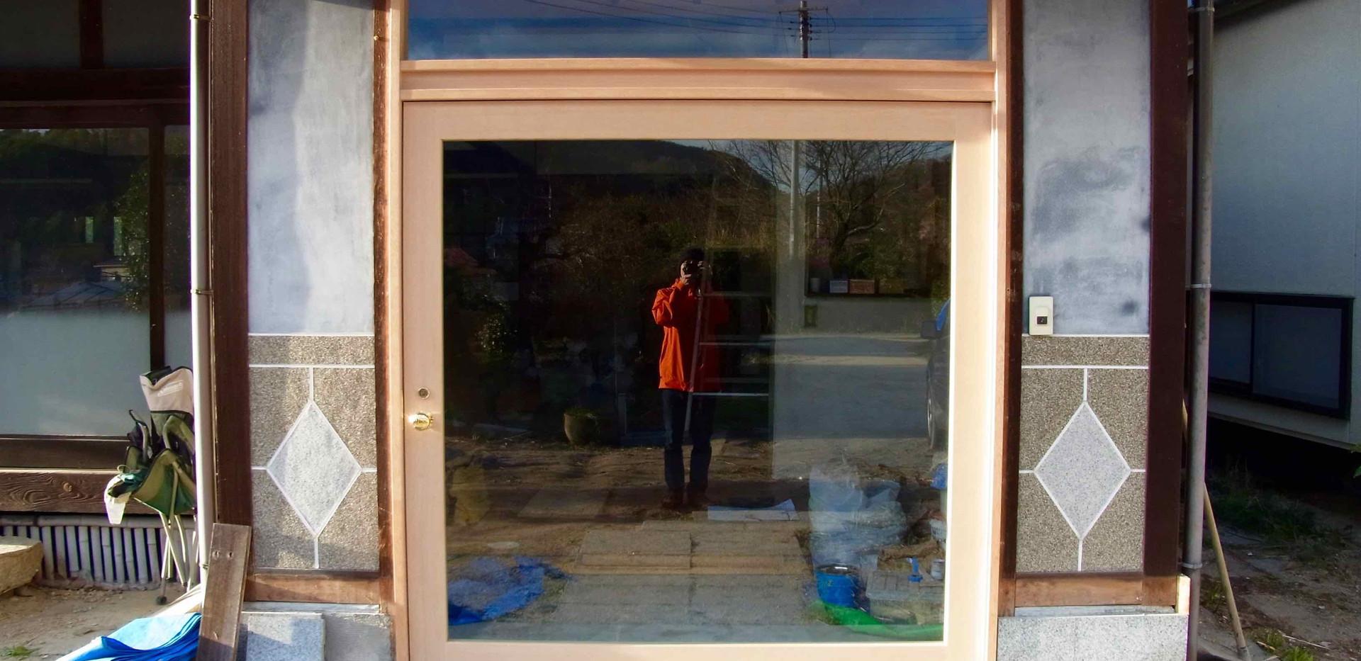 玄関扉は大きく透明な開き戸に変えウェルカムを表現。