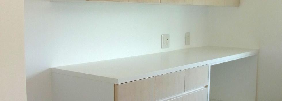 キッチンの背面収納も作りつけで製作しました。