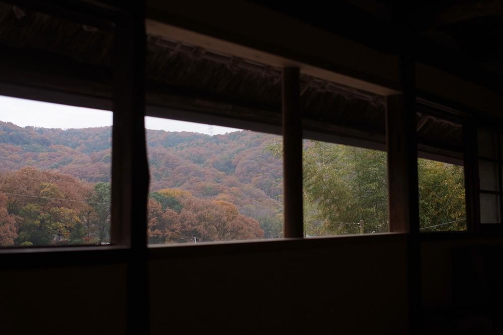 母屋2Fからのパノラマ。この窓からは山の四季が切り取られ、いつもハッとさせられます。