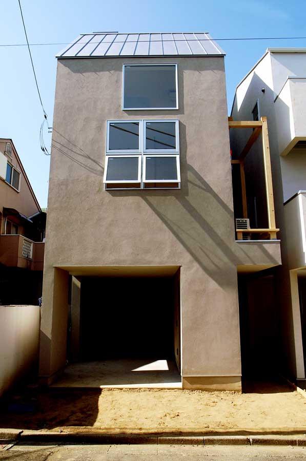 玄関は右手の路地のようなアクセス。上には小さなテラスもあります。