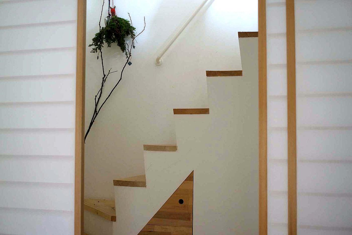 1Fの個室は障子で仕切り、お客さん用の部屋としても使えます。1Fは天井を低くしており、階段を上がると水面へでるようなイメージかな。