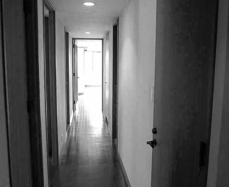 改修前の暗くて長い廊下。