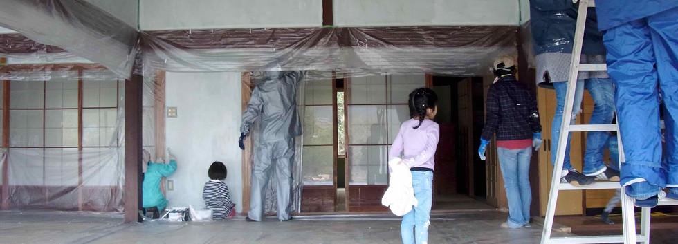 友人知人にも協力いただき壁塗りワークショップを開催。