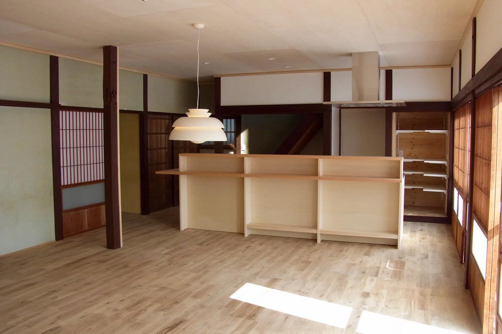 キッチン側。壁は既存ままの漆喰と白い部分は新たに塗り直しました。天井はシナ合板貼り。