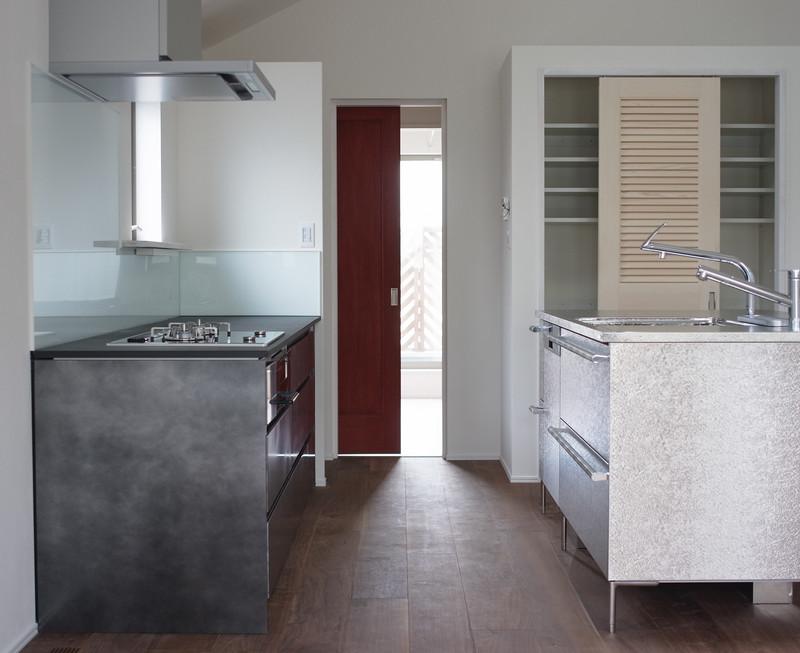 トーヨーキッチンと福山キッチン装飾のキッチンを並べています。赤い扉お