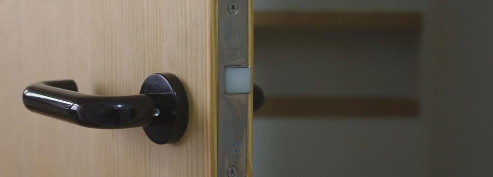 勝手口からの扉。奥に見えるニッチ部分(引っ込みの棚)にレバーハンドルが収まり、扉が90°に開くようになっています。