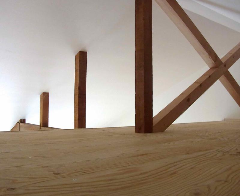 2Fの天井と取っ払ったのでその空間にロフトをつくりました。天井は低いですが面白い空間です。右側のバッテンは補強のための筋交い。