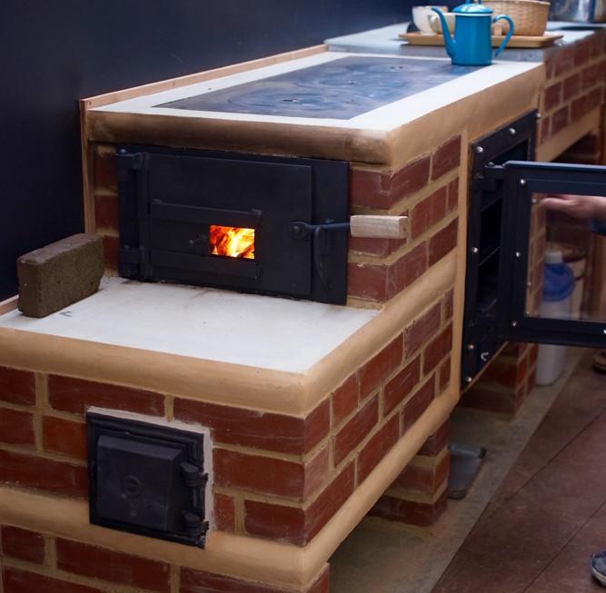 薪で料理をするストーブキッチン。オーブンもあります。グローイングピースの石岡さんの力作!