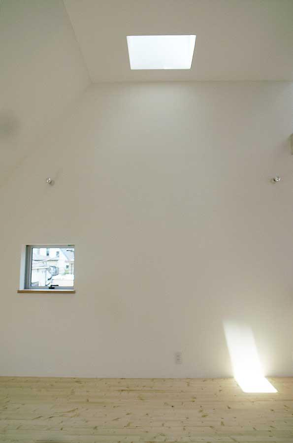 ベッドルームは天井高が3.6mもあります。天窓からは月が見えたり。今はロフトができていました。