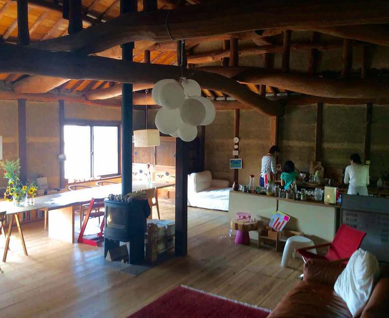 天井高は4.5m。梁に使われてる丸太の松は曲がりくねって生き物みたいです。