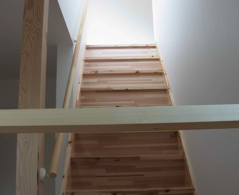 床材は中四国地方で伐採され加工された無垢の杉材を使用しています。
