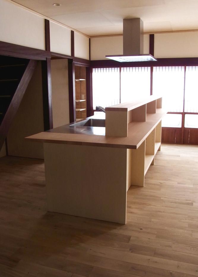 幅3m30cmのキッチン。ダイニング側にはカウンターを設けて、こどもたちが宿題もできるし、絵を描くこともできるし、一緒に料理もできる。