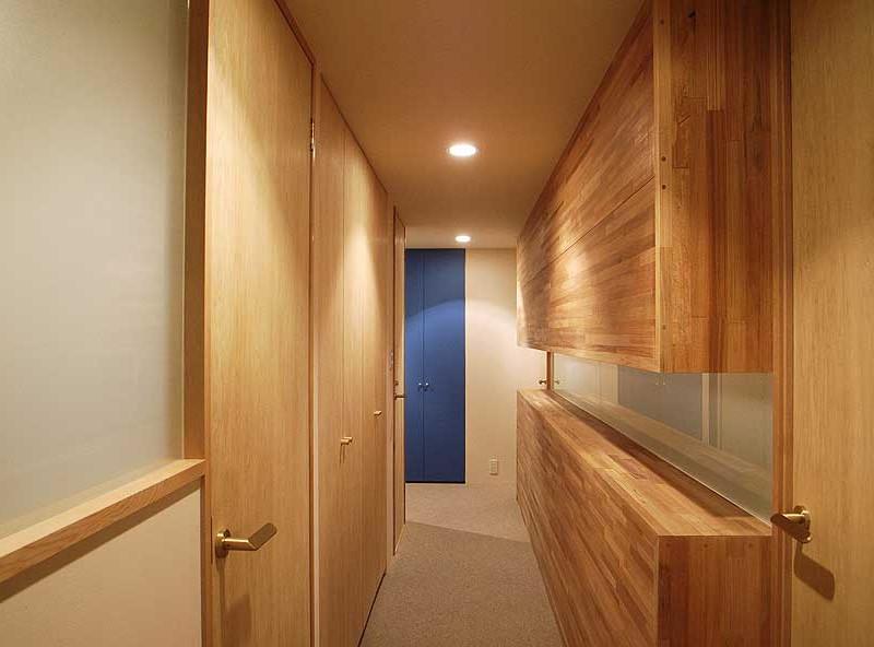 正面の青い扉は既存の扉を再利用しています。手前左手に洗面所。光が届くようスリガラスにしています。