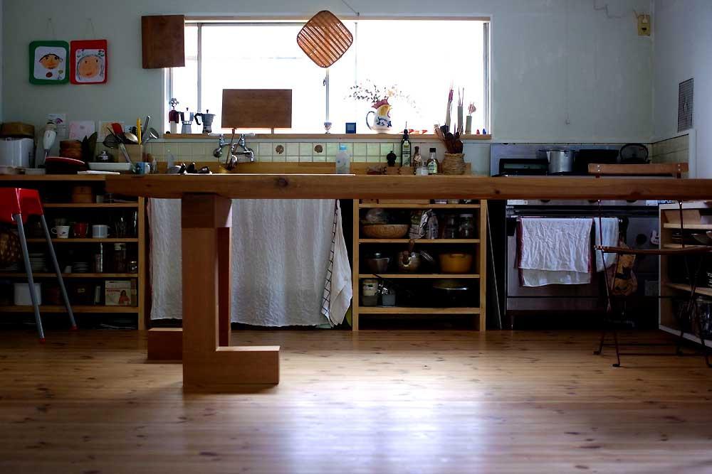 キッチンも大工さんにお願いして作ってもらいました。壁は既存の上から珪藻土を塗り、床はパインのフローリングを貼っています。