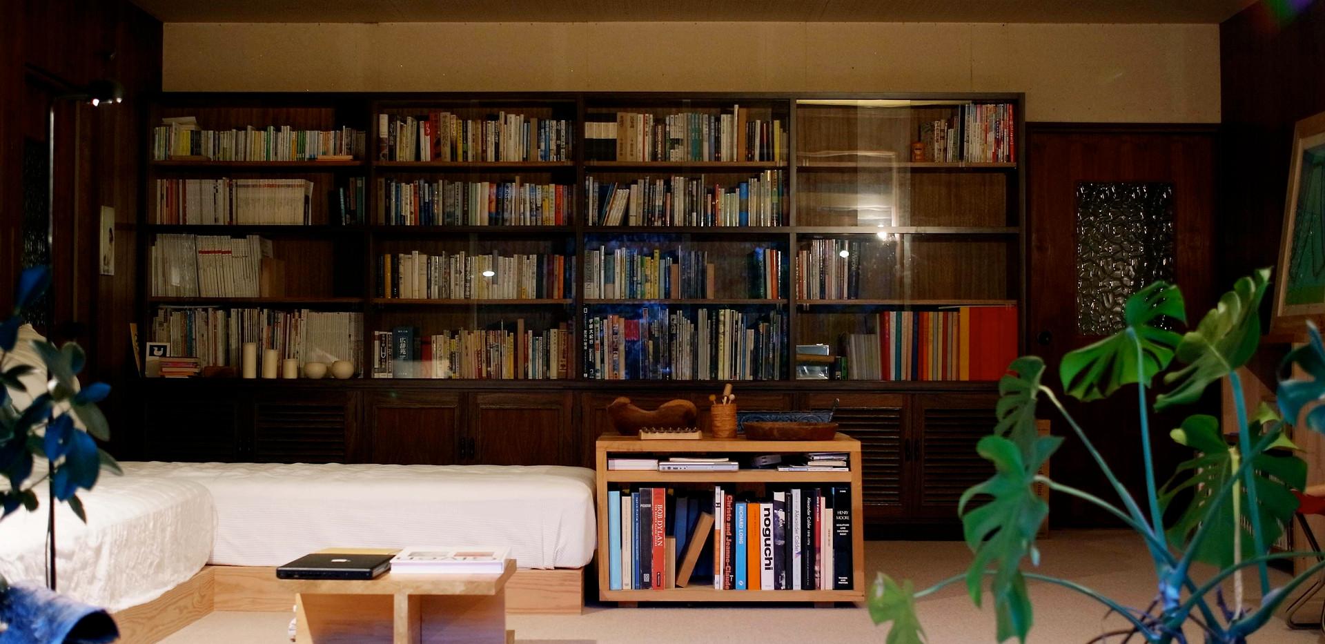 ふわふわになっていた床を補修して絨毯を貼りました。立派な本棚は既存です。