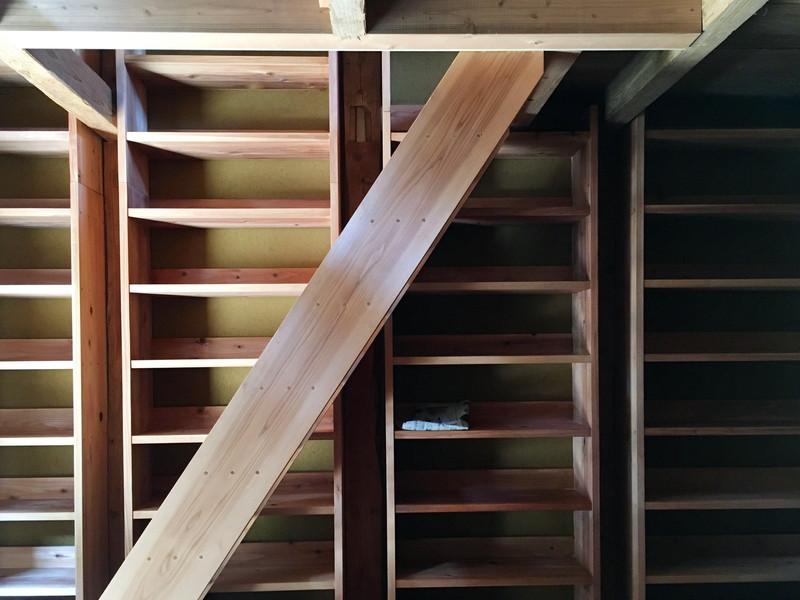 床も天井も本棚も階段もすべて内子産の杉材