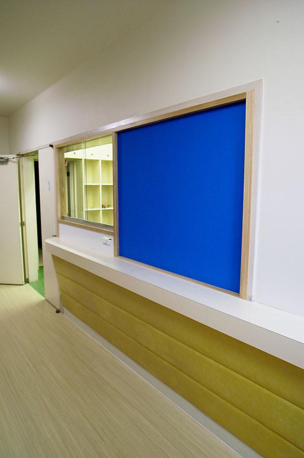 カウンター部分は既存のまま、受付の窓周りだけを改修しました。青い塗装の部分はマグネット塗装をしていますのでポスターやお知らせを磁石で張れるようになっています。
