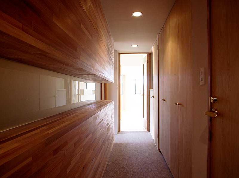 長い廊下の右手にベッドルーム。光の先が広いLDKです。