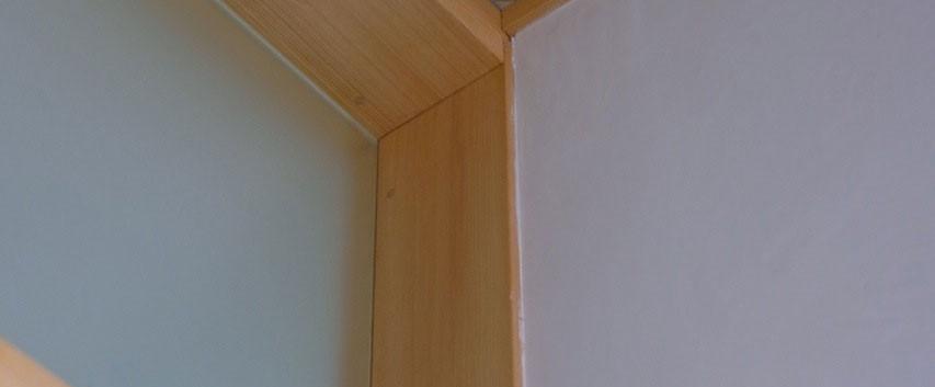 既存の天井と漆喰塗りの壁、欄間の明かりとり用のガラスとの取り合い部分。