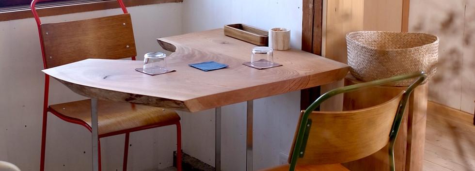 ケヤキの板を使ったテーブル。股の部分がなんとも心地よい座りやすさ。
