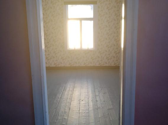 Solen lyser in på det nymålade golvet