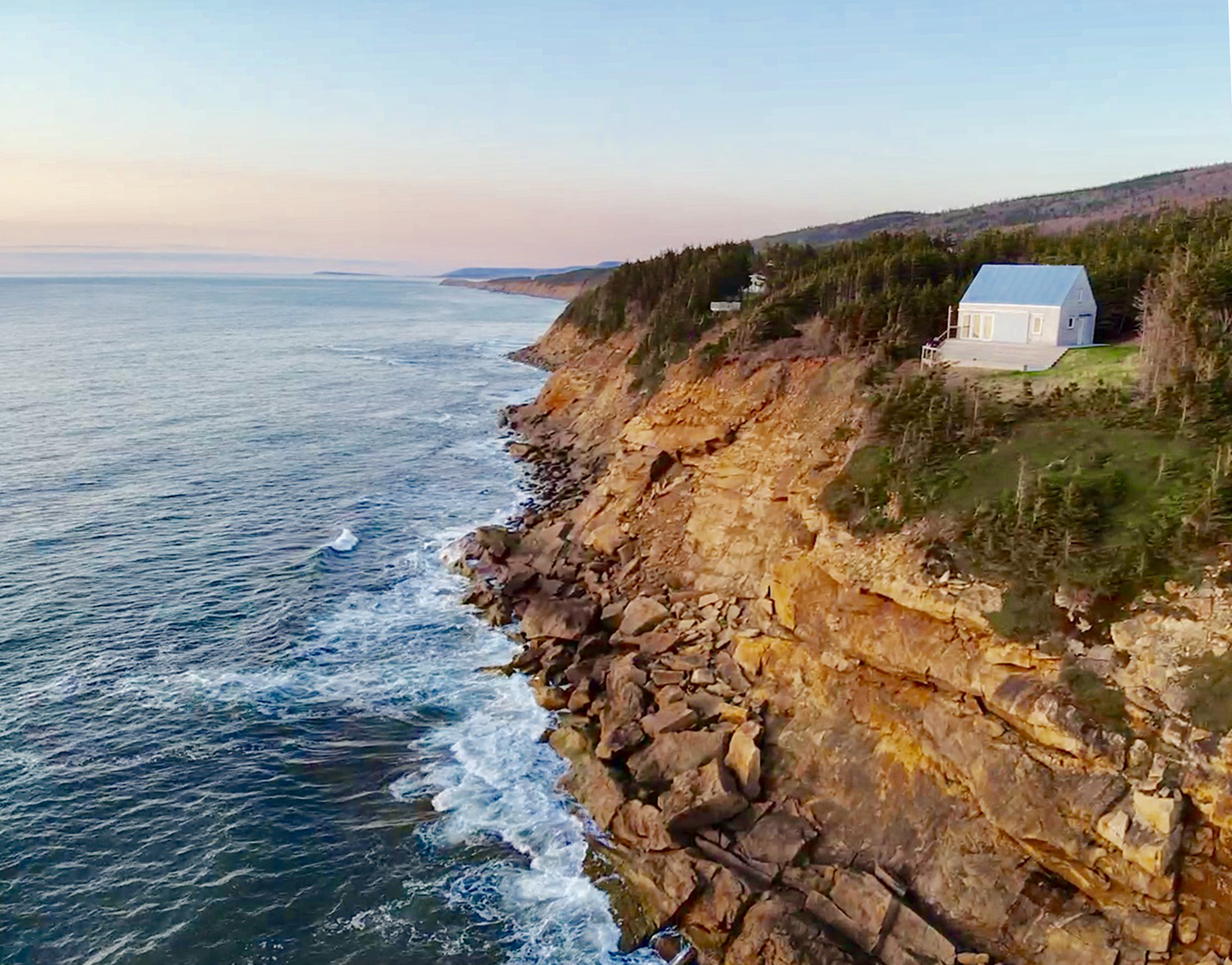 tumbeSea cottage on a cliff