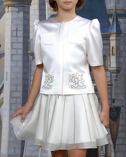 AN ELEGANT BLOUSE WITH A CRYSTAL-STUDDED POCKETS