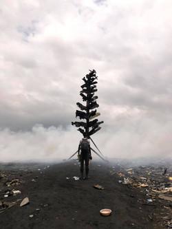 電子廃棄物で作られた焼き場にそびえ立つ7mの「E-Waste Tree」