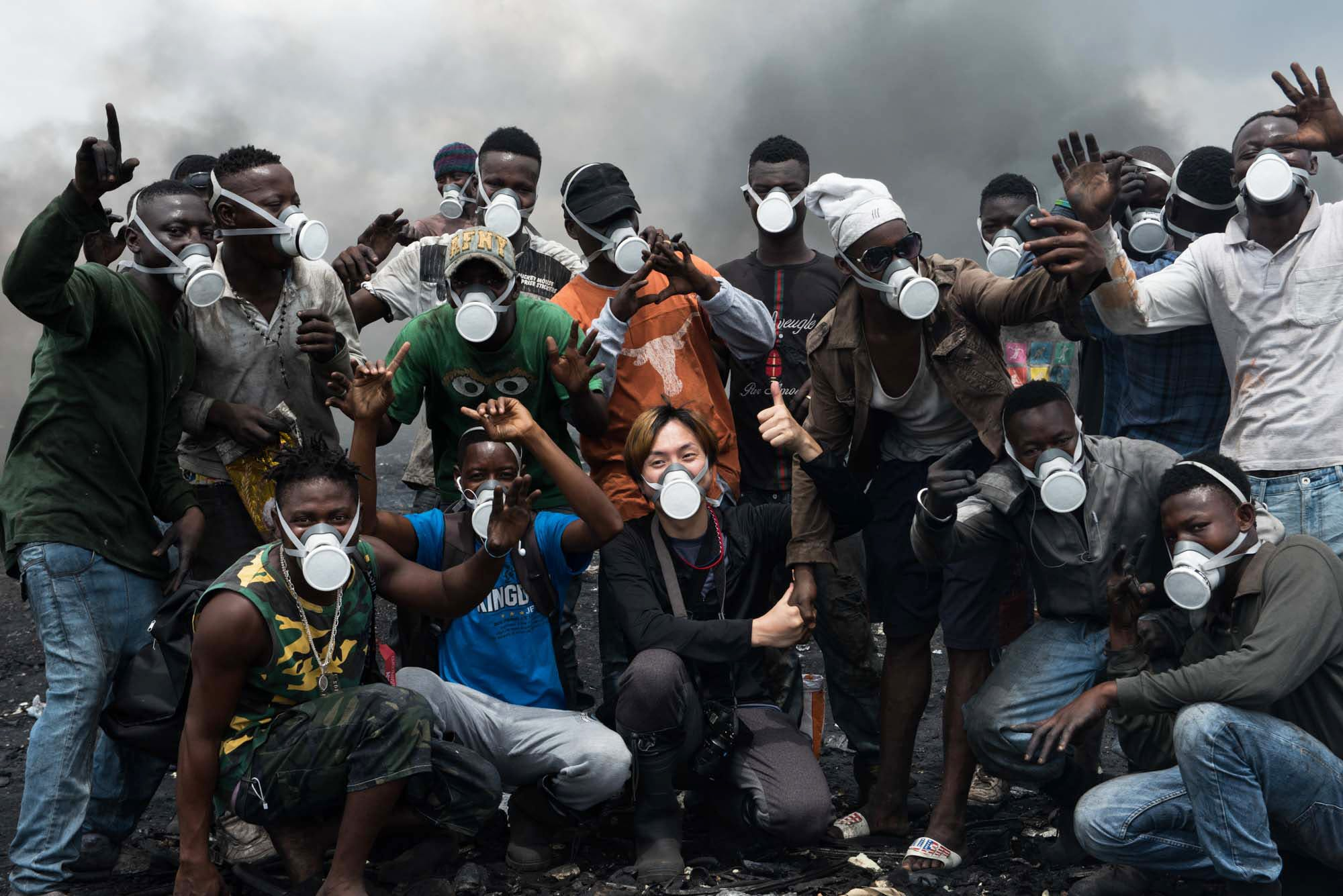 日本から持参したガスマスクを付けた仲間たちと