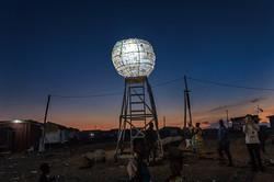 夜にライトアップされた「月の塔」