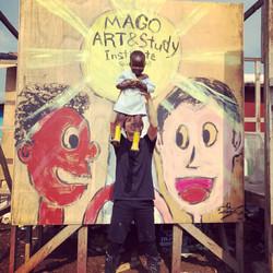 スラム街初の学校「MAGO ART AND STUDY」前にて